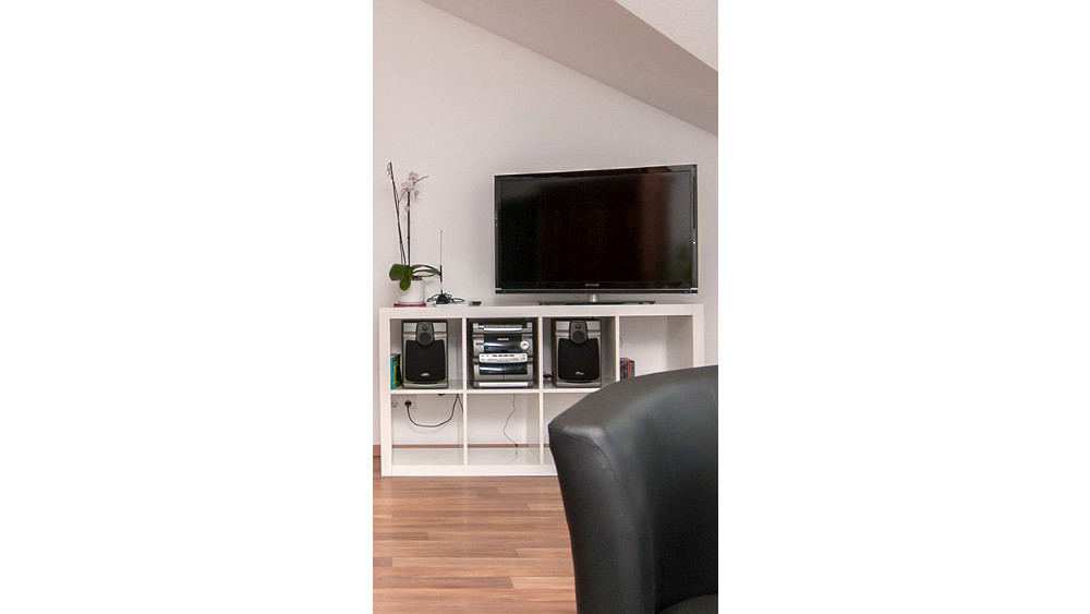 Flat-screen satellite-TV and CD-player in the livingroom